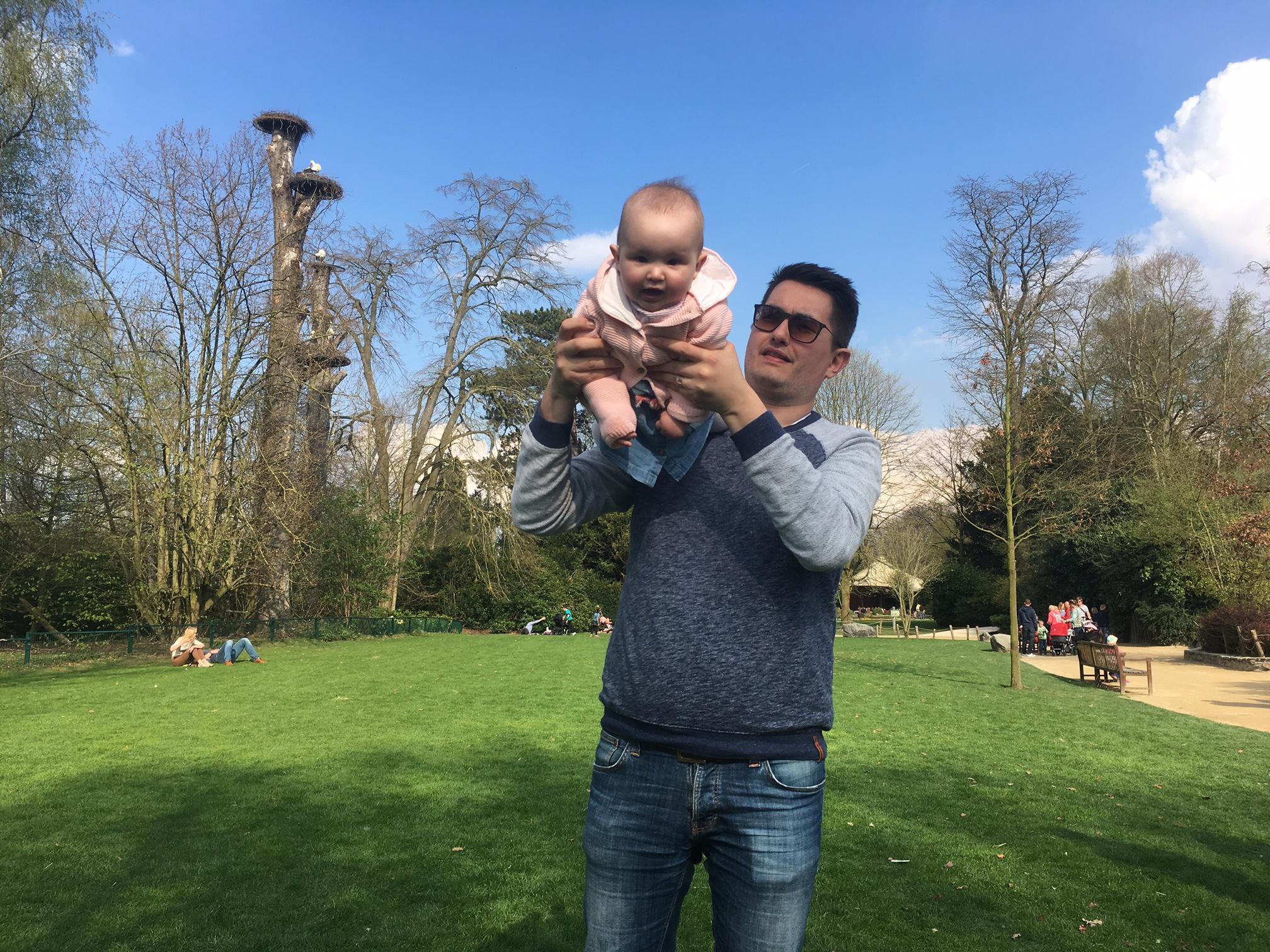 papa speelt met dochter